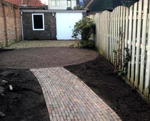 De tuin wordt opgeknapt met een nieuw terras en paden.